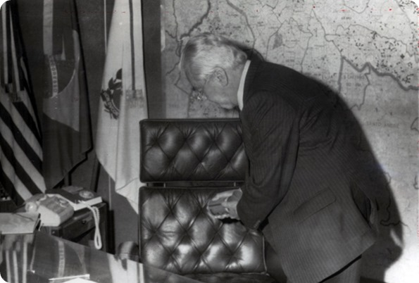 JANIO desinfetando a cadeira